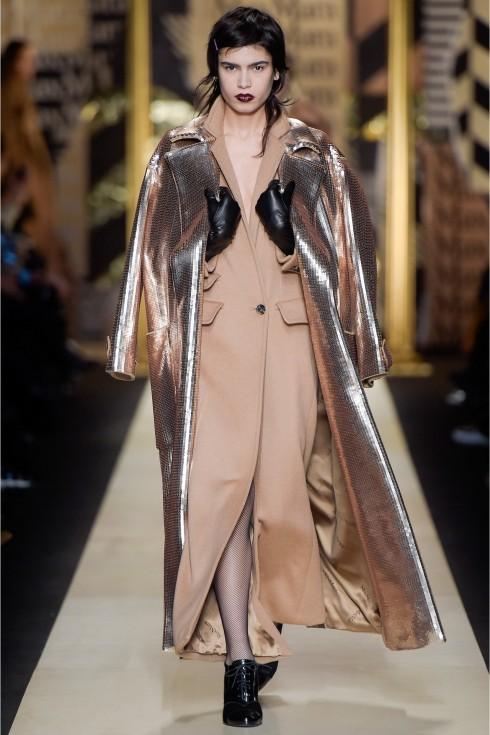 Mẫu áo khoác màu be là biểu tượng của Max Mara trên nền vải sequin ấn tượng.