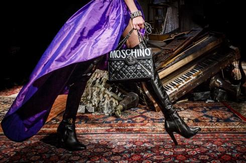 Những chiết váy xẻ cao của Moschi