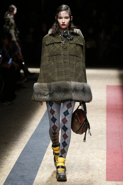 Chiếc áo cape dạ kẻ ô từ Prada