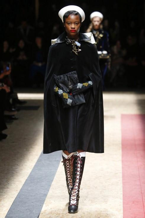 Một mẫu thiết kế áo cape từ Prada trong Tuần lễ thời trang Milan