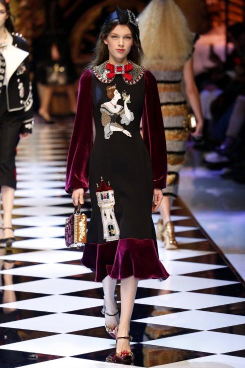 Một mẫu váy nhung đỏ tuyệt đẹp từ BST Thu Đông của Dolce & Gabbana