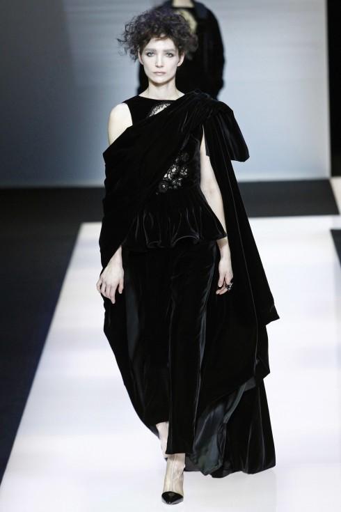Mẫu váy nhung đen trong BST Black Velvet của Giorgio Armani