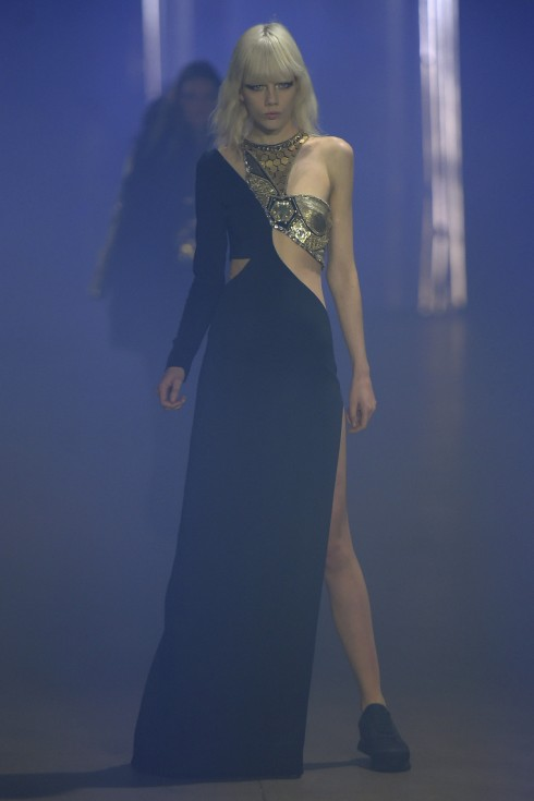 Một mẫu váy xẻ cao táo bạo từ Philipp Plein
