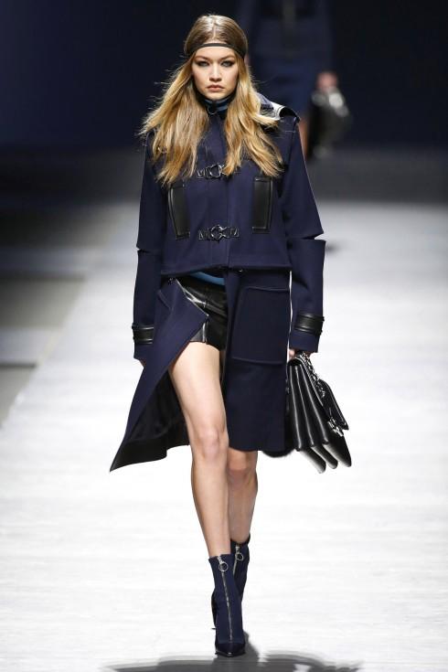 Gigi Hadid mở màn show diễn của Versace với mẫu váy xẻ cao