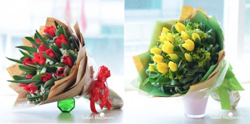 """Bó Tulip đỏ và vàng 15 cành e ấp giữa những nhành Lan Chi, Calimero. Bên trái: Mẫu """"Hôn môi xa"""", bên phải: Mẫu """"Tình yêu màu nắng"""". Giá: 722.500 đồng*."""