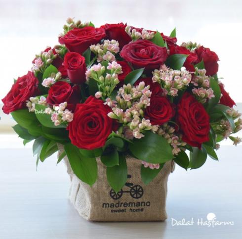 """Mẫu """"Trao nhau nồng nàn"""" gồm 30 đóa hồng đỏ thắm, đầy gợi cảm và quyến rũ như lời yêu đầy lãng mạn. Thích hợp để tặng vợ hay bạn gái. Giá: 765.000 đồng*."""