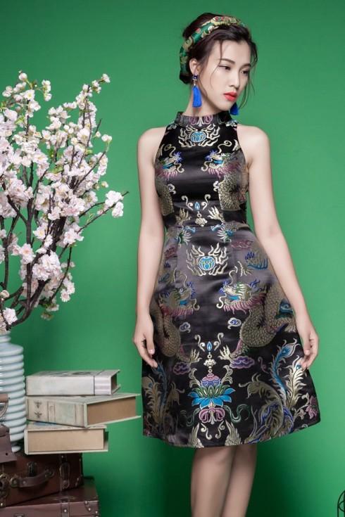 Á hậu Hoàng Oanh quý phái trong thiết kế đầm gấm cổ điển