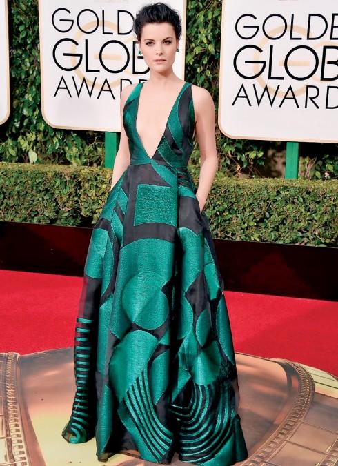 Nữ diễn viên Jaimie Alexander trong bộ trang phục và nữ trang màu xanh lục bảo tại Lễ trao giải Quả Cầu Vàng 2016