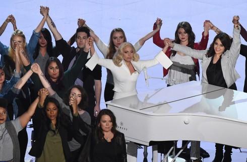 Lady Gaga khoe hinh xam moi co vu nhung nan nhan bi xam hai tinh duc – ellevn - 02Lady Gaga khoe hinh xam moi co vu nhung nan nhan bi xam hai tinh duc – ellevn - 02