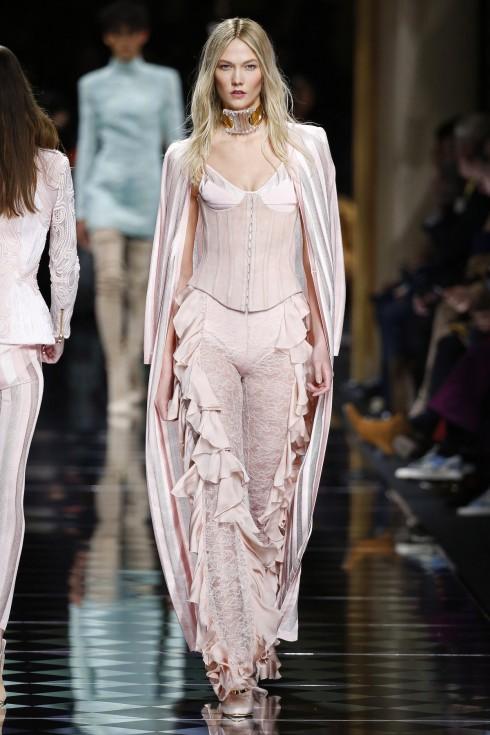 Những chiếc quần mềm mại trong chi tiết frills tinh tế