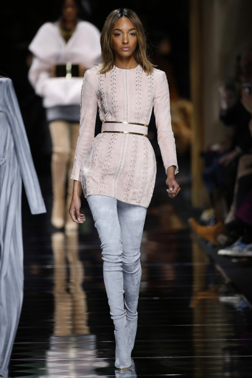 Những chiếc váy ngắn phối với bốt cao quá gối là điểm nhấn của BST