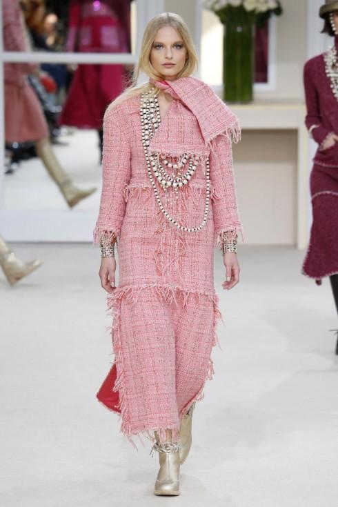 Vẫn là thiết kế trên nền vài tweed quen thuộc, tuy nhiên trong BST thu-Đông 2016/17,  những đường cắt và phần viền vải được  làm thô hơn, trẻ trung hơn.
