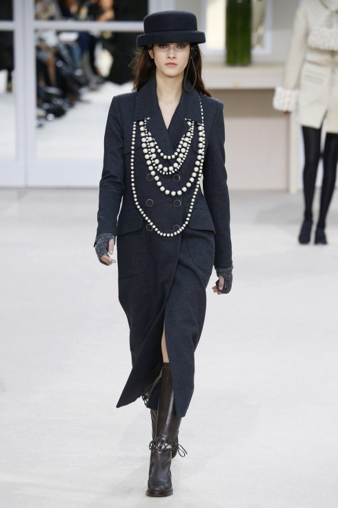 Những chiếc vòng ngọc trai và mũ boater làm nên hình tượng Chanel