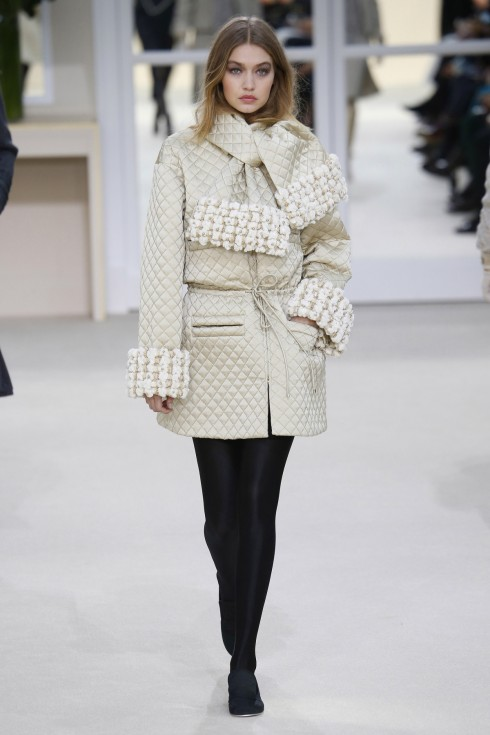 Phần tay áo được xếp như khăn quàng là điểm nhấn của BST Thu-Đông của Chanel