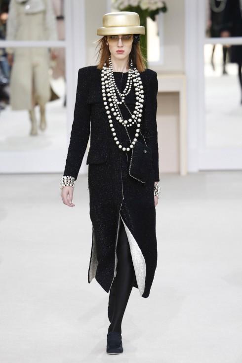 BST của Chanel còn đem lại những chiếc váy với đường xẻ tinh tế