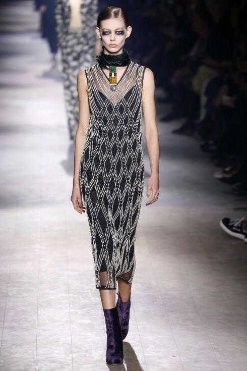 Chiếc váy được làm từ ngọc trai và pha lê mang xu hướng thời trang cuối thập niên 20 từ Dries Van Noten