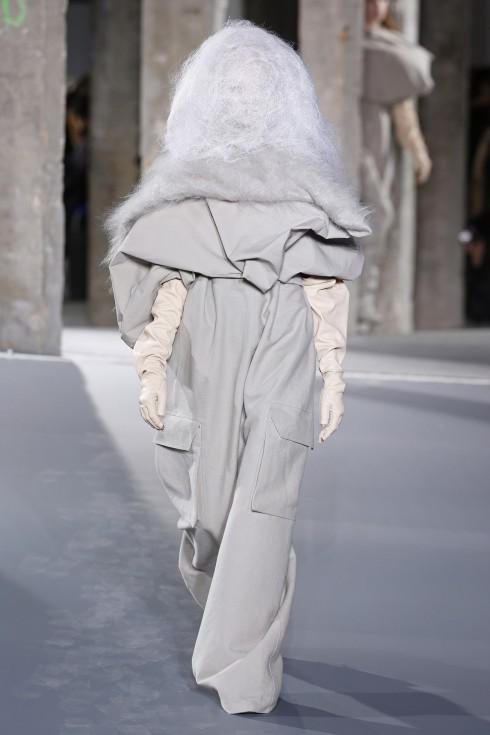 Những chiếc quần túi hộp được phóng đại trong thiết kế của Rick Owens