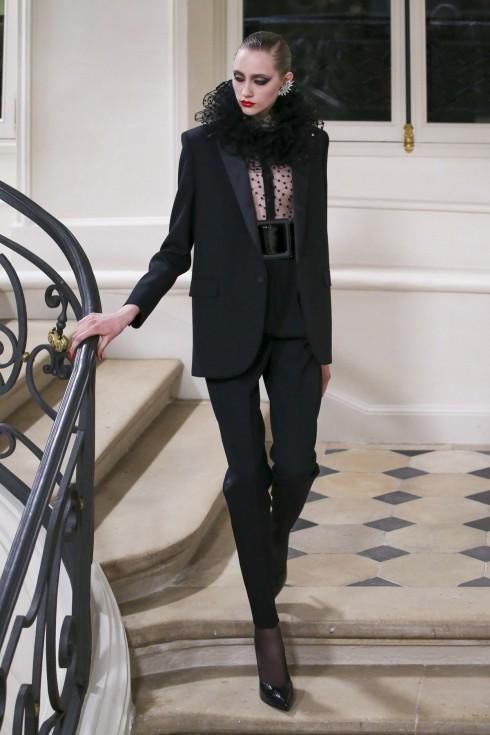 Bộ suits với đường cắt mạnh mẽ phối cùng thắt lưng bản lớn mở đầu show diễn của Saint Laurent.