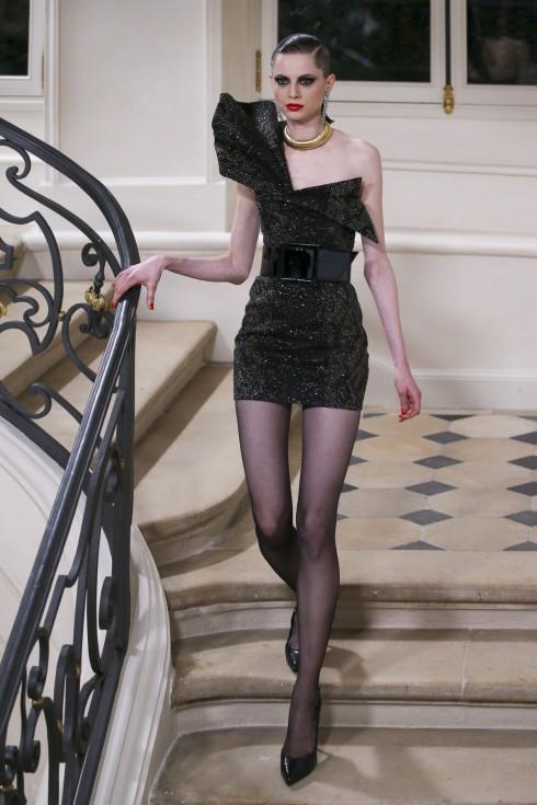 Bên cạnh những bộ suits, những thiết kế với cầu vai phóng đại cũng là đặc trưng của thời trang thập niên 80.