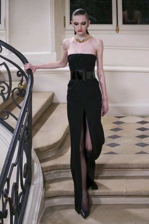 Mẫu váy đen xẻ cao sang trọng của Saint Laurent