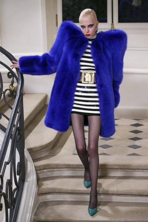 Những chiếc áo lông thú với phần cầu vai phóng đại nổi bật của Saint Laurent