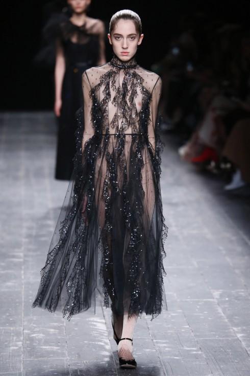 Vẫn là thiết kế váy sheer với những đường cắt ghép tinh tế.
