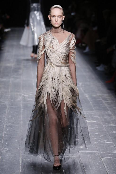 Những  thiết kế tưởng như rất đơn giản nhưng được thêu kỳ công đặc trưng của Valentino