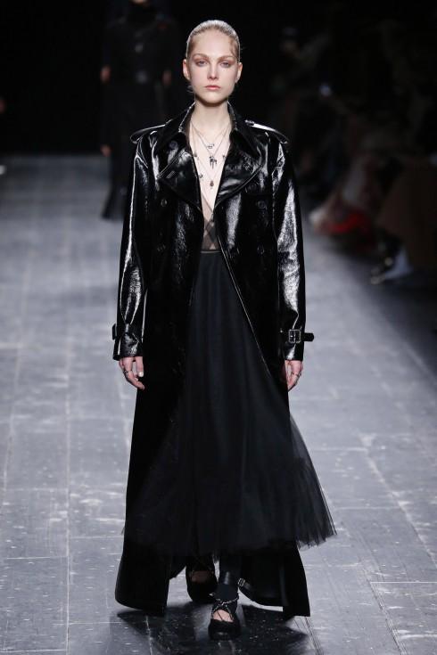 Những chiếc váy tutu đen phối cùng dày ballet điểm dây bạc