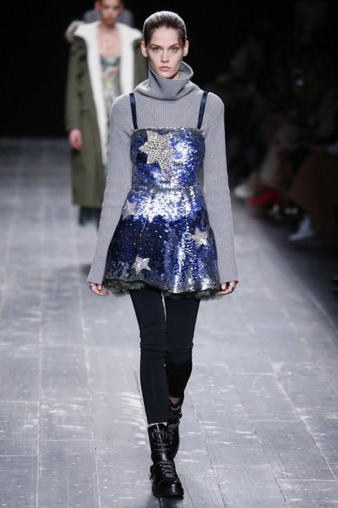 Thiết kế váy sequin phủ bên ngoài lớp petticoat đặc trưng của những diễn viên mua ballet