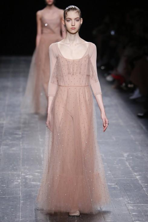 Chiếc áo  leotard màu nude phối cùng chiếc váy sheer đính đá thơ mộng