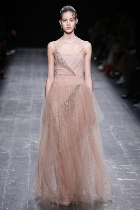 Những chiếc đầm nude thơ mộng của Valentino có thể đốn ngã bất kỳ cô gái nào