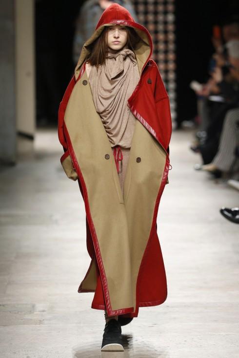Những thiết kế dài xuông, thẳng trong sắc đỏ, tím nâu đặc trưng trong trang phục của những vị tu sĩ.