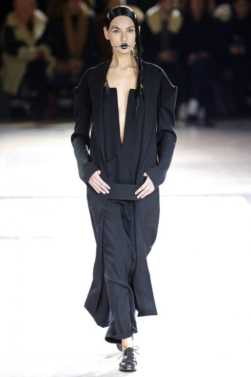Yohji Yamamoto là tiên phong trong xu hướng thời trang phá vỡ cấu trúc đang rất nổi tại Tuần lễ thời trang Paris.