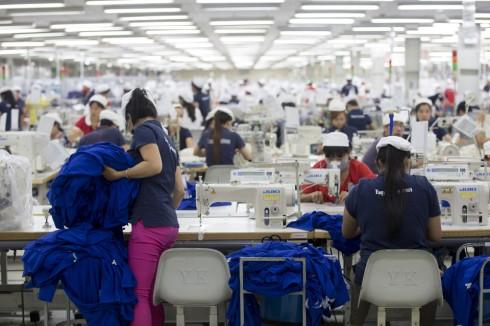 Các nhân viên may đang làm việc trong một xưởng may mặc tại Việt Nam