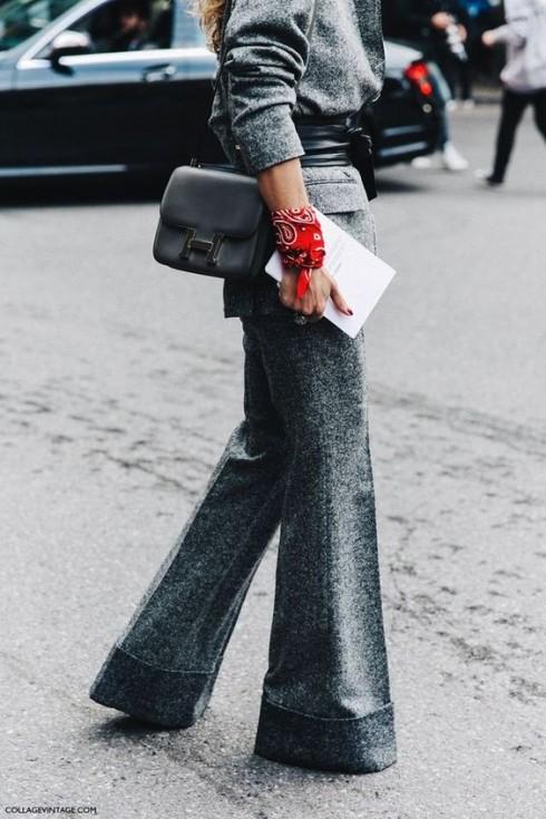 Tham khảo street style thế giới, bạn sẽ thấy quần tây nữ hiện đại có rất nhiều phom dáng và cách mặc. các nguyên tắc thời trang cứng nhắc không còn được áp dụng. Bạn thấp và mặc được quần ống rộng! Đó là thời trang hiện đại.