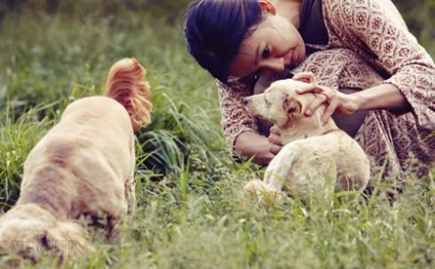 Cô chăm sóc những chú chó cưng rất chu đáo
