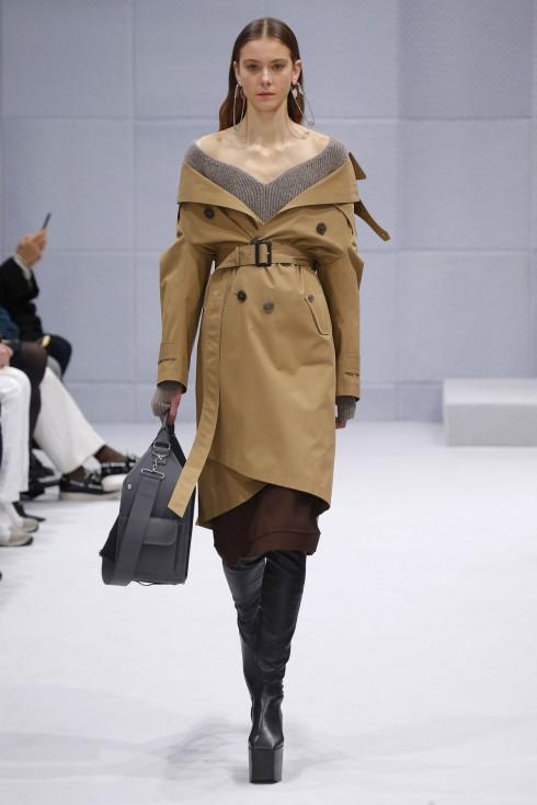 Chiếc áo trench coat được phối một cách gợi cảm và mới lại trong BST Thu-Đông của Balenciaga