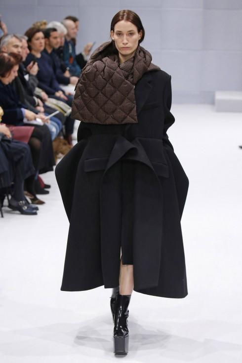 Chi tiết chần quá trám trong mẫu áo khoác cá tính của Balenciaga