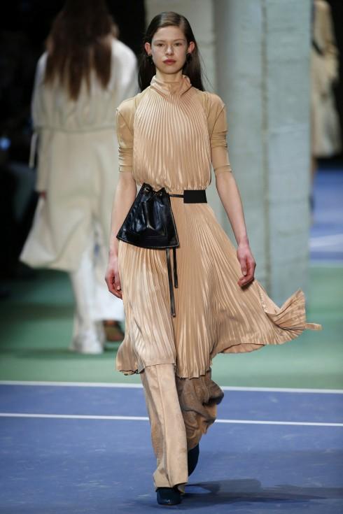 Chiếc váy xếp li với tông màu nude ngọt ngào từ Celine