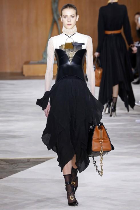 Thiết kế gấu váy bay bổng và mềm mại từ Loewe