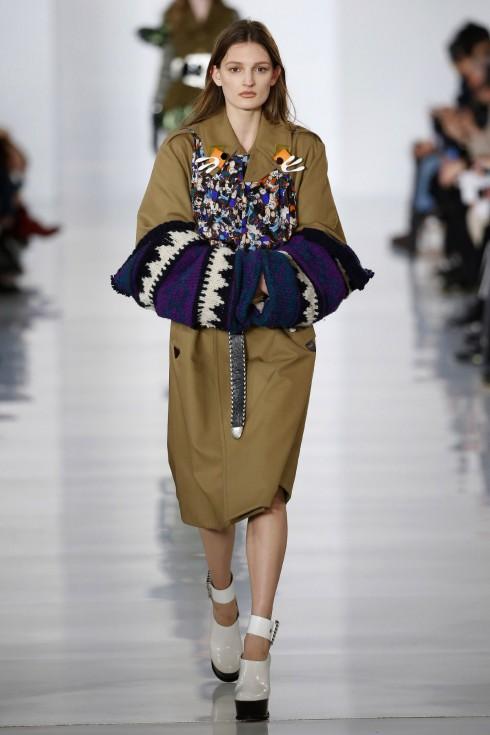 Một thiết kế trench coat được trang trí bởi những hoạ tiết thêu và len đan từ Maison Margiela