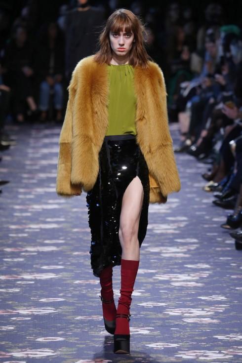 Những chân váy xẻ vẫn vô cùng nổi bật tại Tuần lễ thời trang Paris