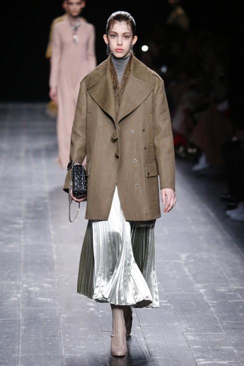 Những chiếc váy xếp li ánh kim cũng xuất hiện trong BST Thu-Đông của Valentino