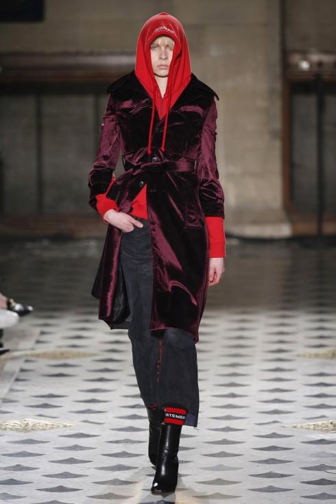Mẫu áo trench coat nhung đỏ của Vetements