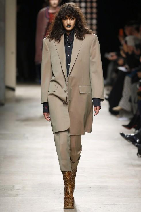 Những chiếc áo khoác với phần cầu vai táo bạo của Vivienne Westwood