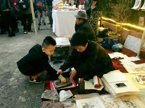 Các hoạt động buổi chiều ngày khai trương thu hút khán giả nhí khi được tìm hiểu về nghệ thuật truyền thống - In vẽ tranh Đông Hồ.