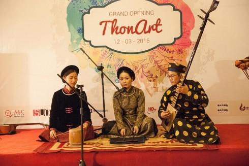 Nghệ nhân Phạm Thị Huệ biểu diễn bên cây đàn đáy có cần dài nhất Việt Nam.