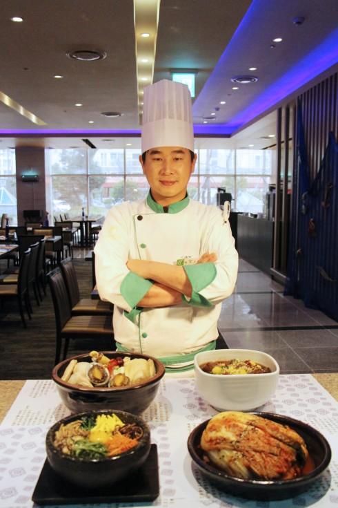 đầu bếp khách mời Sang Geun Bae đến từ khách sạn Holiday Inn GwangJu, Hàn Quốc
