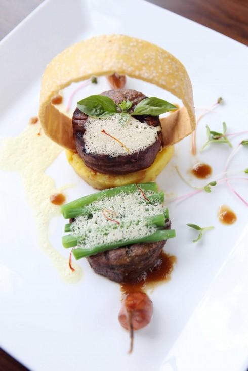 Thăn bò nướng với sốt gan ngỗng và nghệ tây.