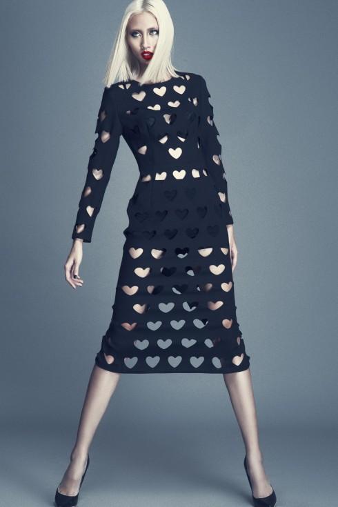 Phom váy body con thanh lịch, cổ điển được tạo điểm nhấn bằng loạt chi tiết cắt laser táo bạo, gợi cảm.